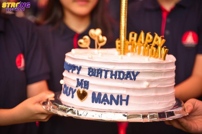 Chiếc bánh kem được các bạn học sinh dành tặng tuyển thủ Duy Mạnh.