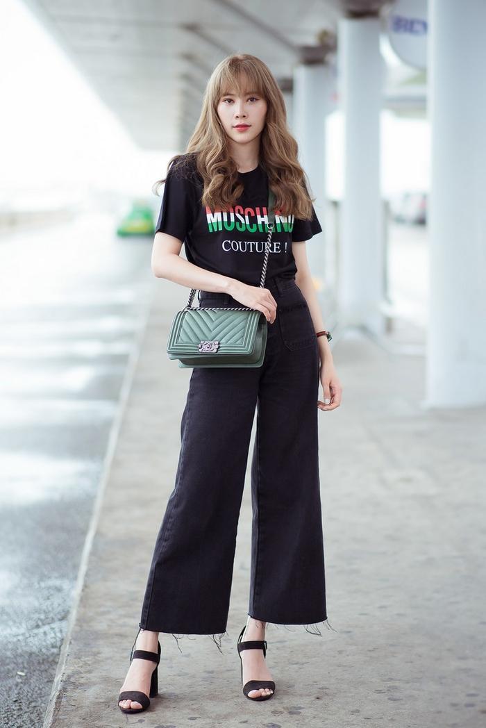 Cô nàng sở hữu nhiều items đắt giá như áo phông Moschino, túi Gucci…