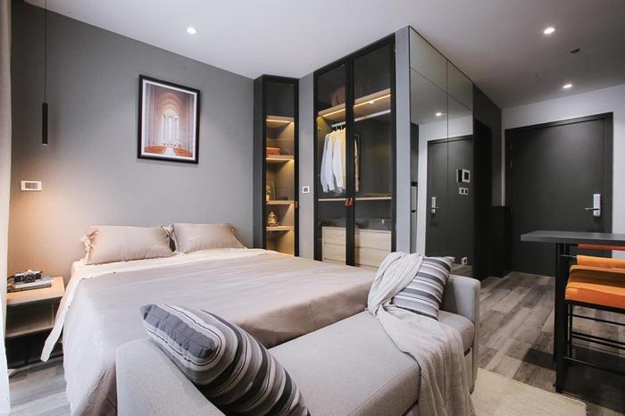 Phòng ngủ được thiết kế đơn giản nhưng không kém phần tiện nghi, với hệ thống tủ âm cao cấp