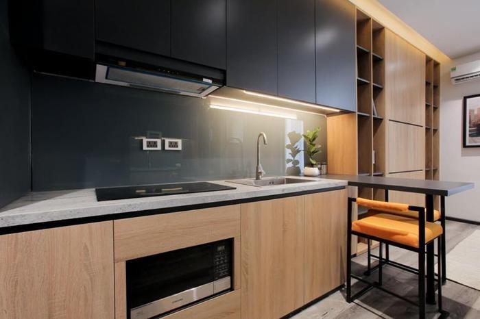 Bởi cả hai vợ chồng đều bận rộn với công việc nên không gian phòng bếp cũng được thiết kế đơn giản, phù hợp với nhu cầu sử dụng