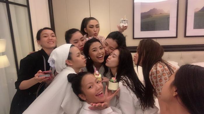 Cuộc vui không hẹn mà gặp của hội chị em thân thiết tại Miss Universe Vietnam 2019.