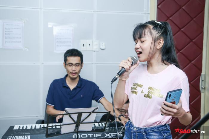 Linh Đan  Minh Hằng  Quỳnh Anh hăng say luyện tập cho vòng Loại trực tiếp Giọng hát Việt nhí 2019 ảnh 3