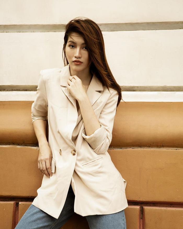 Chế Nguyễn Quỳnh Châu mang đến set đồ đơn giản theo phong cách menswear gồm blazer và quần jeans sáng màu.