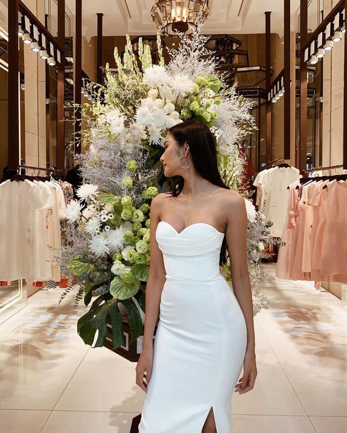 Hoàng Thùy khoe trọn dáng vóc gợi cảm trong mẫu váy trắng ôm sát. Phần cúp ngực lả lơi, chân váy xẻ cao tuy đơn giản nhưng cực kỳ hiệu quả.