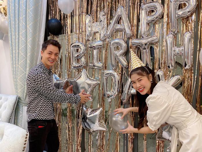 Vợ chồng Đăng Khôi tự tay trang trí cho không gian bữa tiệc sinh nhật của con trai