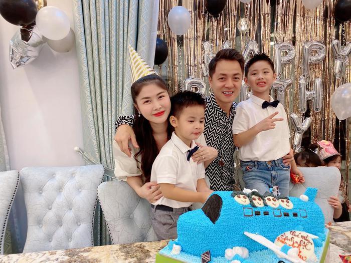 Gia đình 4 người Đăng Khôi chụp hình hạnh phúc trong tiệc sinh nhật của con trai út