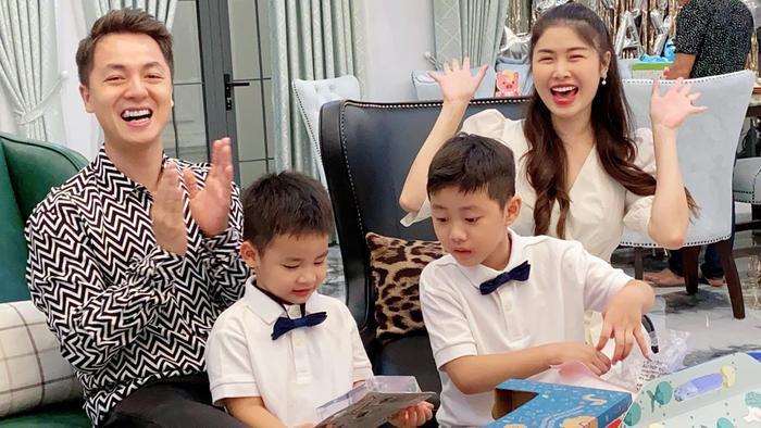 """Vừa dọn sang nhà mới, cậu út Đăng Anh đã được bố mẹ tổ chức sinh nhật """"siêu to"""" trong căn biệt thự đồ sộ của gia đình"""