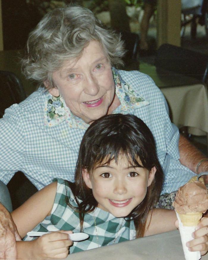 Hình ảnh bà xã Châu Kiệt Luân ngày bé chụp với bà của mình, tuy trong hình bà đã lớn tuổi nhưng những đường nét trên khuôn mặt của bà vẫn rất đẹp