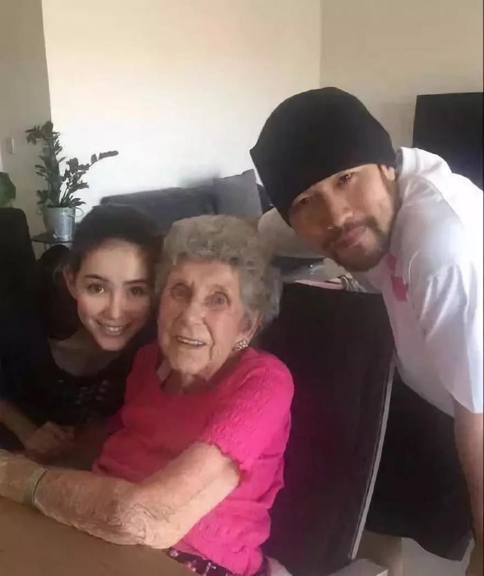 Hình ảnh Côn Lăng và ông xã mừng sinh nhật tuổi 90 của bà nội vừa qua cũng được Côn Lăng chia sẻ