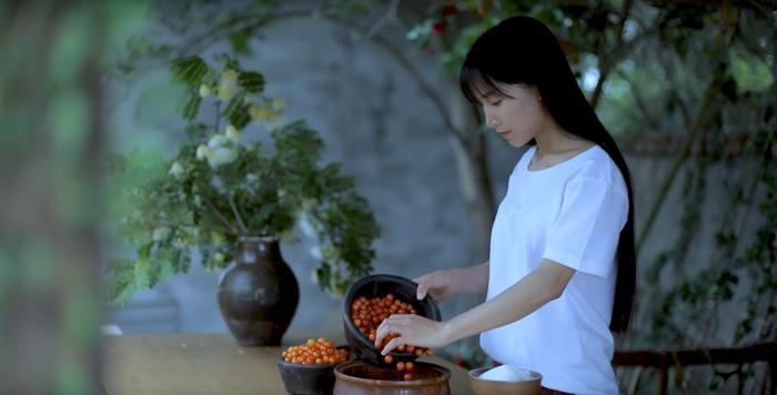 Hình ảnh Lý Tử Thất,chủ nhân của loạt video cổ phong mỹ thực gây sốt trên mạng xã hội Trung Quốc, và Việt Nam.