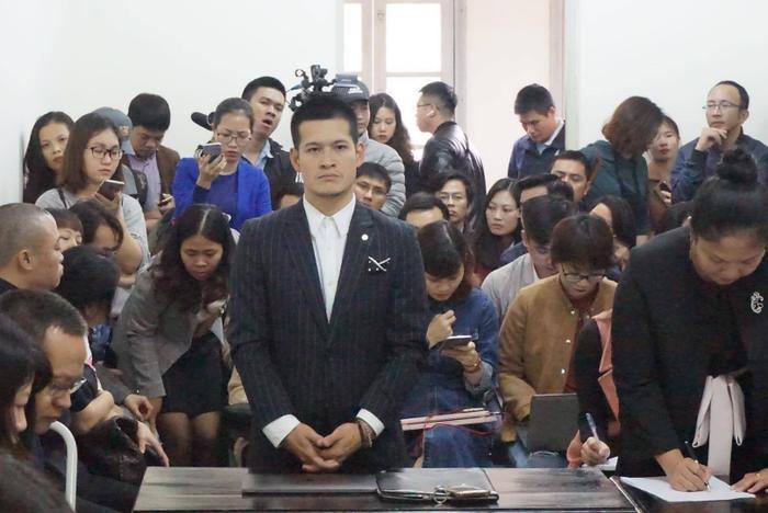 Đạo diễn Việt Tú đứng nghe phán quyết của toà.