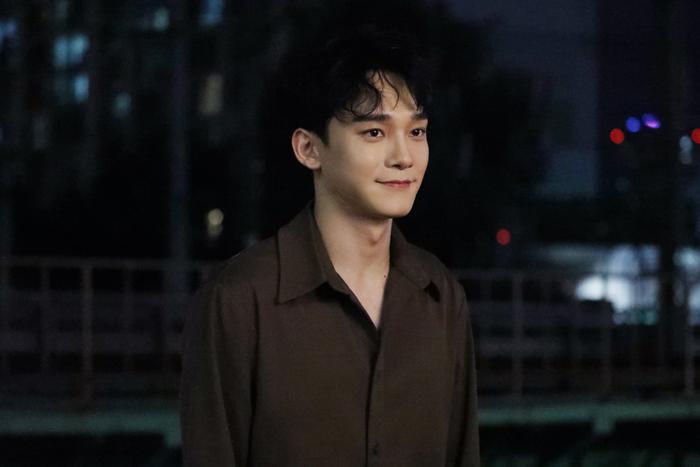 Fan đã rất tò mò khi thấy Chen (EXO) viết tên Xiumin lên kính trong hậu trường chụp ảnh comeback.
