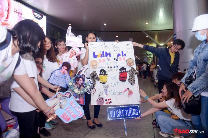 Fan mang theo rất nhiều banner, khẩu hiệu chờ đón thần tượng.
