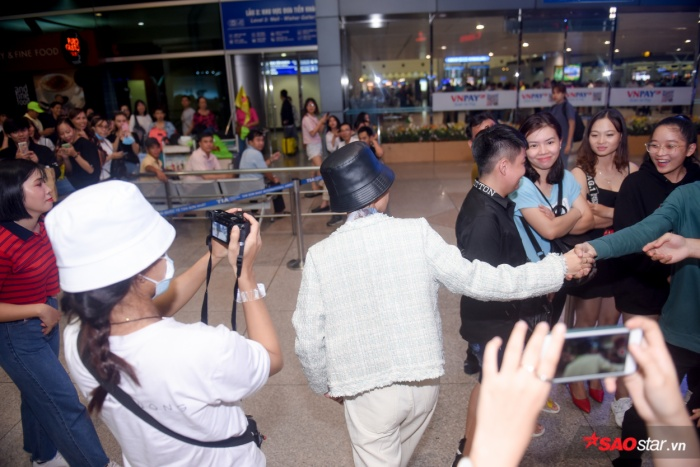 Fan vây kín sân bay tiễn Vũ Cát Tường sang Hàn Quốc tham gia Asia Song Festival 2019.