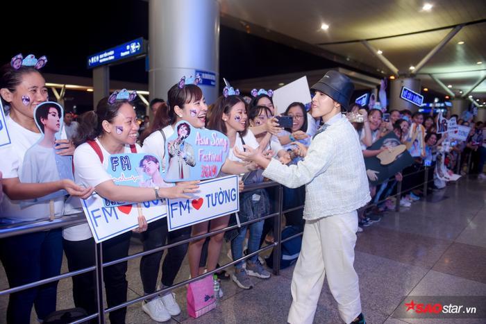 Rất nhiều fan đã có mặt chờ đợi sự xuất hiện của Vũ Cát Tường.