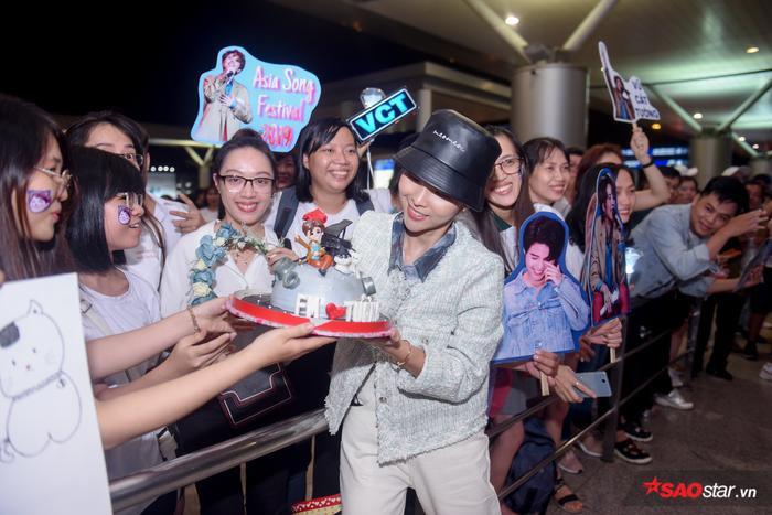 Không những vậy, fan còn mang bánh kem đến chúc mừng sinh nhật muộn Vũ Cát Tường.