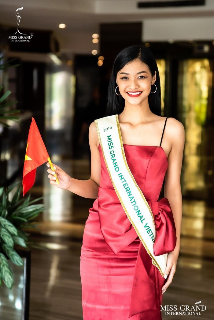 Bay 40 tiếng đến Venezuela, Kiều Loan tươi tắn ghi điểm mạnh ngày chào sân Miss Grand International ảnh 0