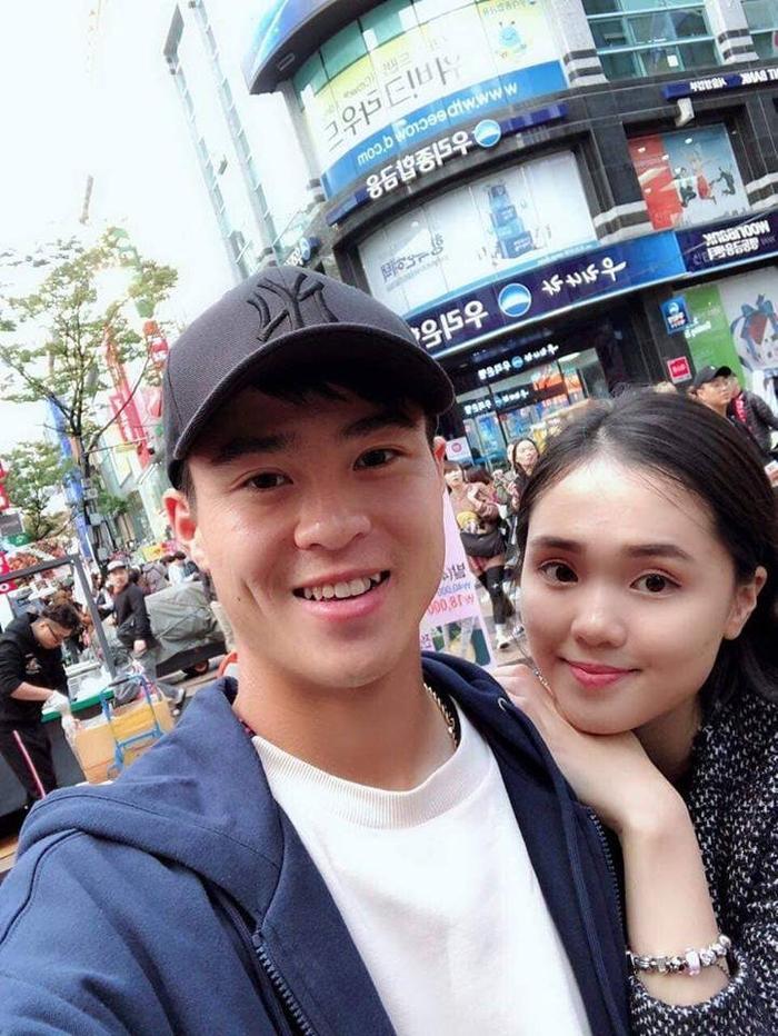 Nguyễn Quỳnh Anh, bạn gái trung vệ Duy Mạnh có màn khoe sắc trước trận đấu.
