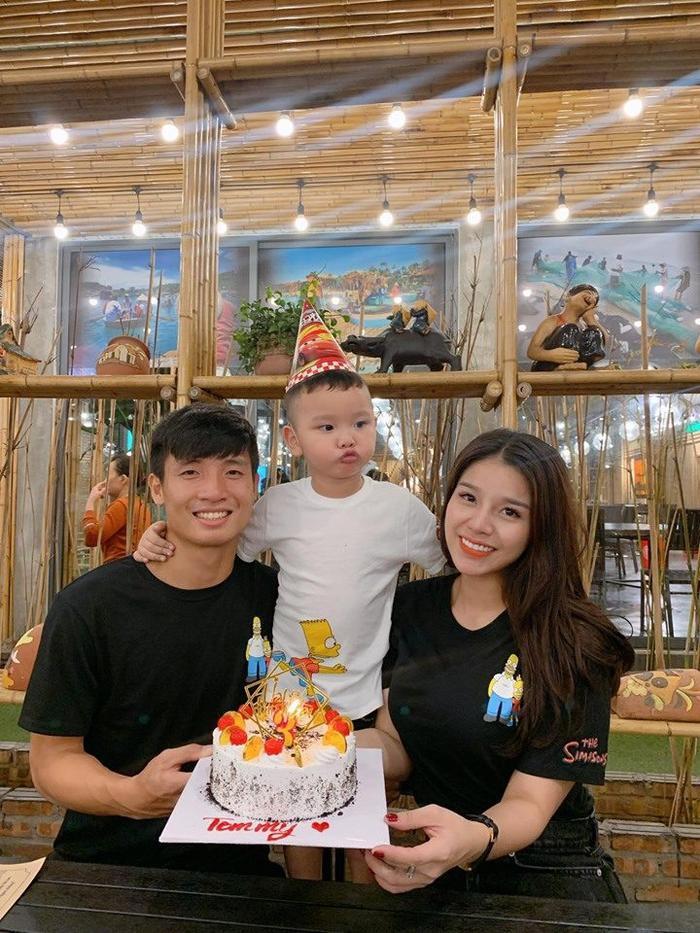 Nguyễn Khánh Linh, vợ trung vệ Bùi Tiến Dũng trông khá nổi bật nhờ vẻ ngoài xinh xắn.