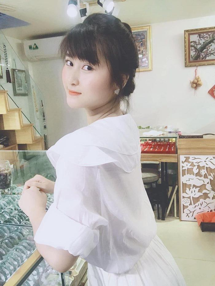 Bạn gái Huy Hùng khiến bao đấng mày râu xao xuyến nhờ nét quyến rũ trên khuôn mặt.