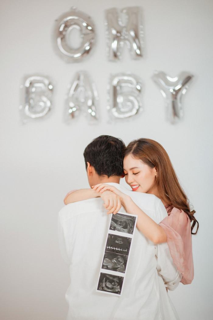 Vợ chồng Quang Tuấn còn mang ảnh siêu âm ra chụp làm kỷ niệm