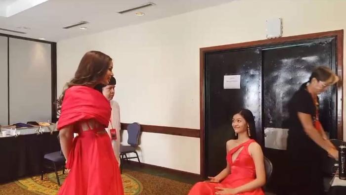 Người đẹp khá thân thiết với đại diện Thái Lan.