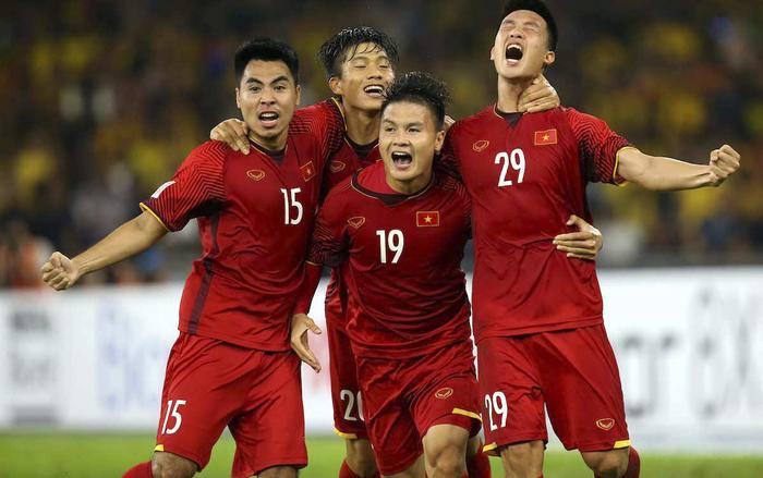 Khán giả có thể xem cuộc so tài giữa Việt Nam và Malaysia trên điện thoại bằng cách tải về những ứng dụng thuộc VOV, VTC, VTV,…(Ảnh: FoxSports)