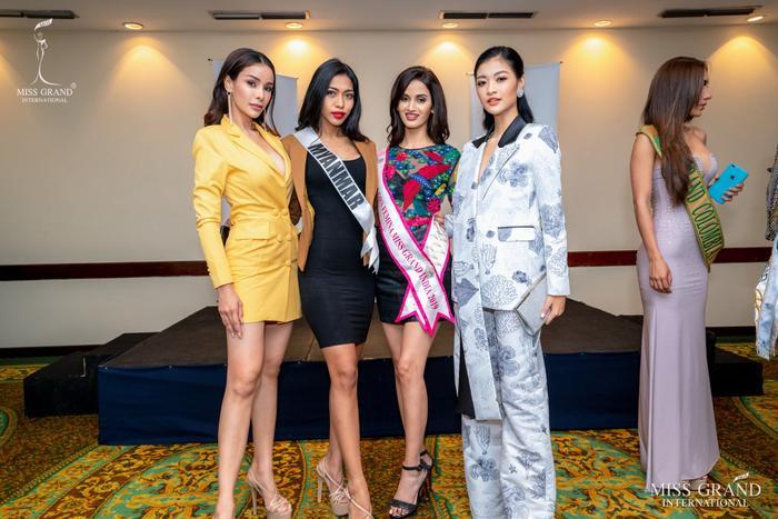 Kiều Loan và 3 đại diện đến từ Thái Lan, Myanmar và Ấn Độ khá thân thiết tại cuộc thi.