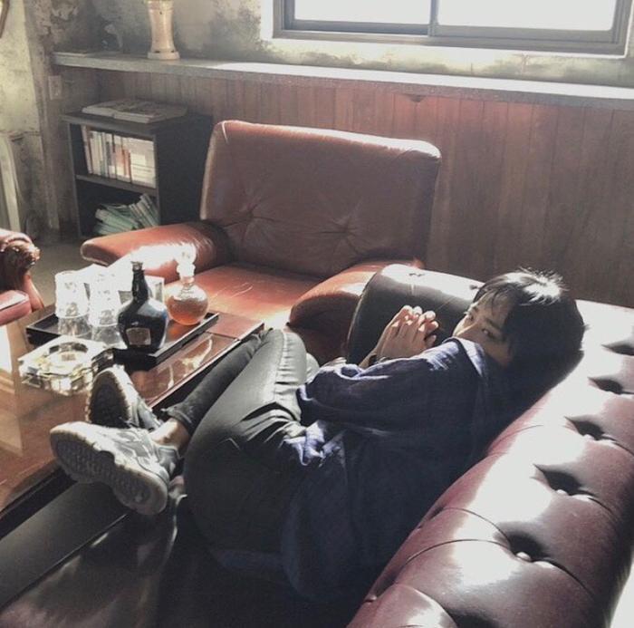 Nằm nghỉ trên ghế sofa.