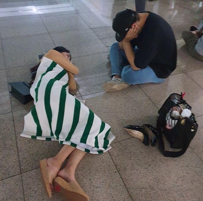 Nằm ngủ trên nền đất tại ga tàu địa ngầm.