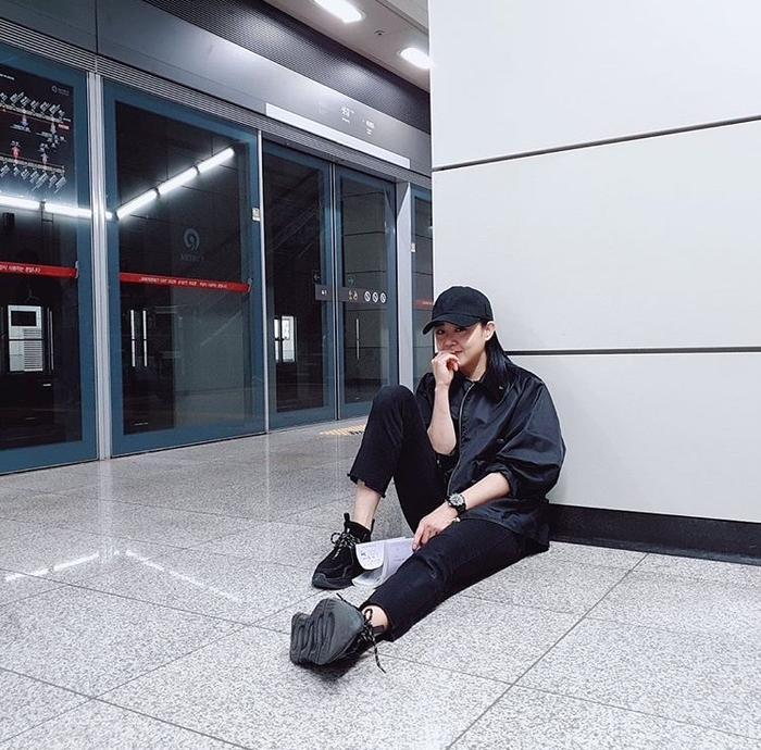 Ngồi đọc kịch bản trên sàn ga tàu địa ngầm.