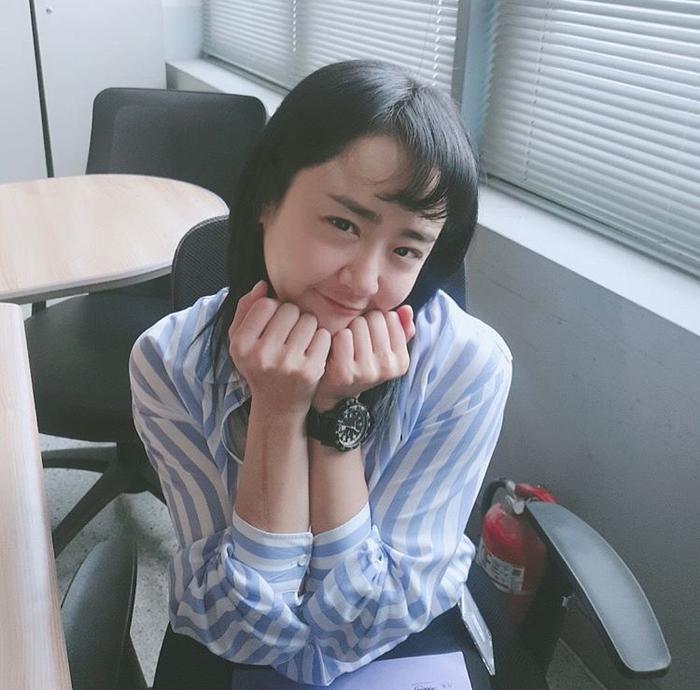Khi ngôi sao hàng đầu Moon Geun Young nằm ngủ dưới nền đất tại ga tàu địa ngầm ảnh 0