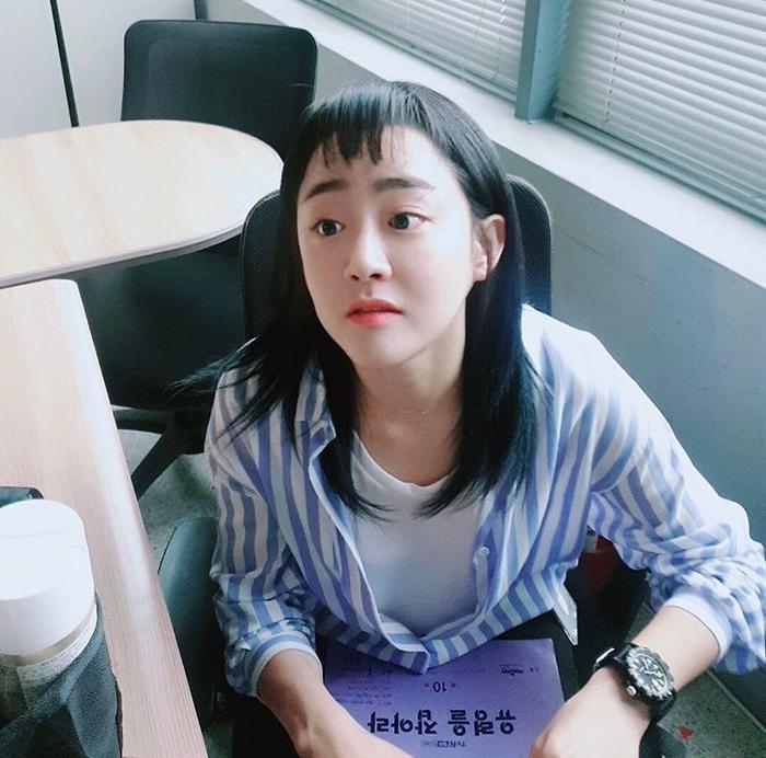 Khi ngôi sao hàng đầu Moon Geun Young nằm ngủ dưới nền đất tại ga tàu địa ngầm ảnh 8