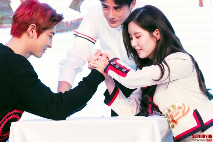 Seohyun cố gắng hết sức để vật ngã một tay của Chanyeol, nhưng vẫn không thành.