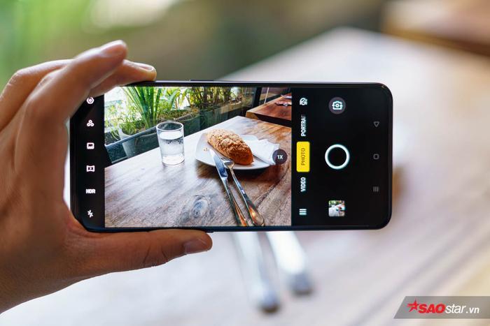 Bên cạnh nâng cấp về phân cứng, OPPO Reno 2 còn tích hợp chế độ siêu chụp đêm Ultra Dark Mode, được nâng cấp từUltra Night Mode, sử dụng công nghệ AI giúp khử nhiễu tốt hơn. Ngoài ra máy còn có khả năng zoom audio khi quay video giống như Galaxy Note 10+,zoom hybrid 5x và zoom số 20x.