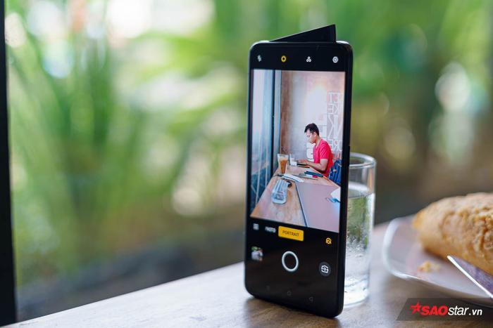 """OPPO Reno 2 vẫn được trang bị camera selfie """"vây cá mập"""", có cảm biến 16MP, khẩu độ F/2.0 ống kính 26mm góc rộng,kèm đèn trợ sáng cho camera trước."""