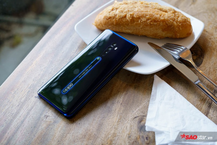 Về cấu hình, OPPO Reno 2 được trang bị vi xử lý Snapdragon 730G (8nm), con chip hiệu năng cao và hướng đến xử lý các tựa game nặng trên thị trường. Snapdragon 730G có đến 8 nhân và đi kèm với GPU Adreno 618.Đi kèm với đó là dung lượng RAM 8GB, bộ nhớ trong 258GB và có thể mở rộng bằng khe cắm thẻ nhớ ngoài 256GB.