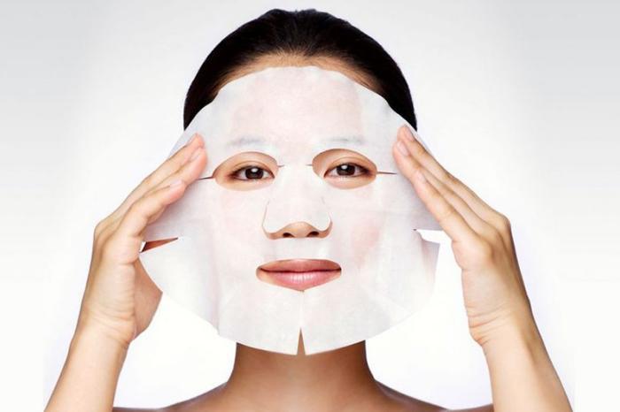 Phụ nữ Nhật yêu thích đắp mặt nạ dưỡng ẩm hằng ngày.