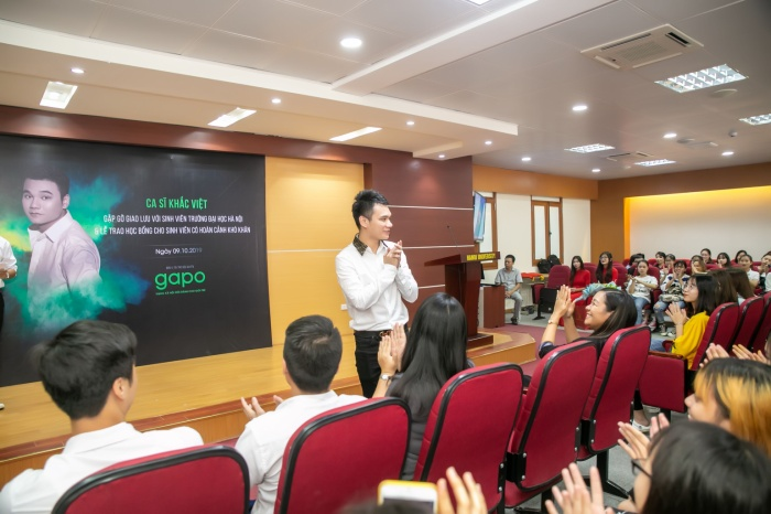 Ca sĩ Khắc Việt được các sinh viên chào đón nồng nhiệt trong buổi gặp gỡ, giao lưu.