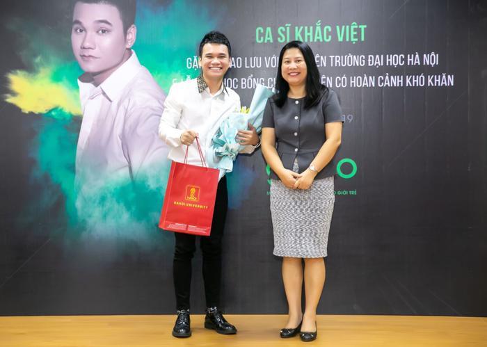 TS. Nguyễn Thị Cúc Phương - Phó Bí thư Đảng ủy, Phó Hiệu trưởng trường Đại học Hà Nội tặng hoa và quà kỷ niệm cho ca sĩ Khắc Việt.