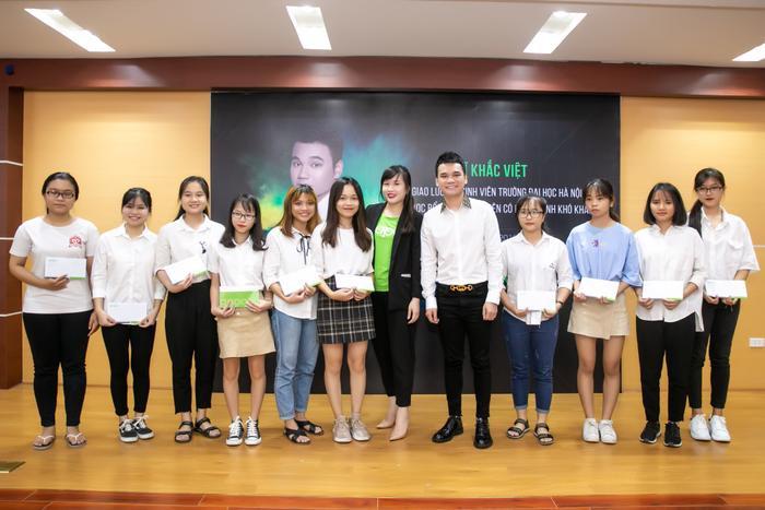 Ca sĩ Khắc Việt cùng đại diện mạng xã hội Gapo trao học bổng cho sinh viên vượt khó học tốt của trường Đại học Hà Nội.