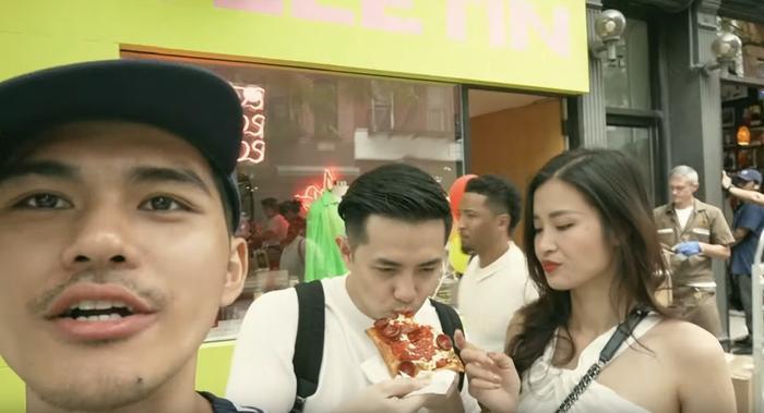 Cả hai được Nino dẫn đi ăn ngon.