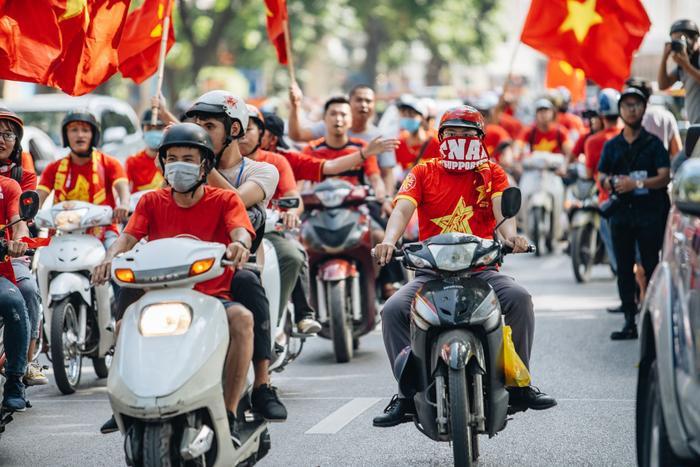 Đoàn người diễu hành đem theo lá cờ đỏ sao vàng rực rỡ