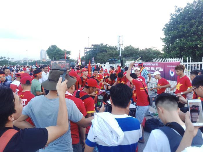 Không khí rộn ràng, náo nhiệt trước giờ diễn ra trận đấu giữa đội tuyển Việt Nam - đội tuyển Malaysia