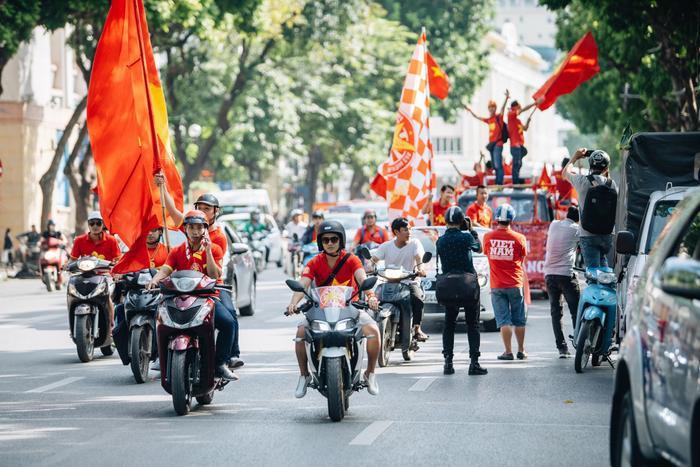 Nhiều người diễu hành qua các tuyến phố, quanh klhu vực hồ Hoàn Kiếm từ chiều