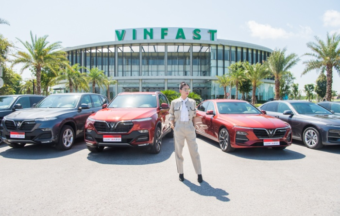 Ngô Thanh Vân bên dàn xe VinFast sang trọng và đẳng cấp.