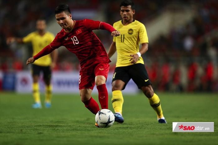 CĐV Việt Nam phát cuồng trước bàn thắng của Quang Hải