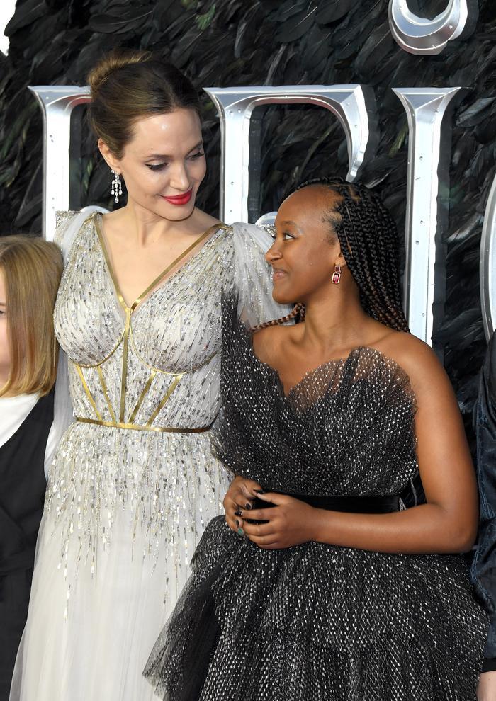 Zahara đeo khuyên tai ngọc bích màu hồng trên thảm đỏ ra mắt phim cùng mẹ Angeline Jolie tại Luân Đôn vừa qua