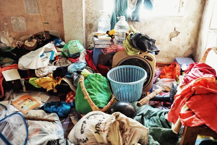 Căn phòng chỉ rộng hơn 10m2 nhưng chứa đầy quần áo cũ.