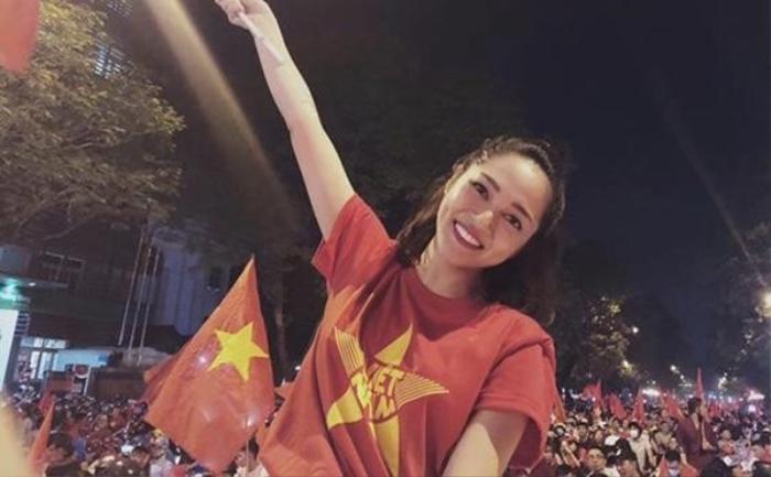Sao Việt cổ vũ đá bóng: Đông Nhi, Mỹ Linh tưởng là đẹp nhất nhưng vẫn thua xa Thủy Tiên